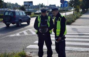 Policjanci stojący na ulicy