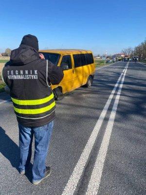 Technik kryminalistyki robi zdjęcie rozbitego pojazdu