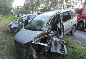 Rozbite dwa samochody osobowe leżące w rowie