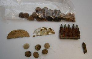 Amunicja i nieśmiertelniki znalezione przy szczątkach niemieckich żołnierzy